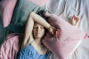 Jak spać, żeby się wyspać? Problem bezsenności i darmowe porady